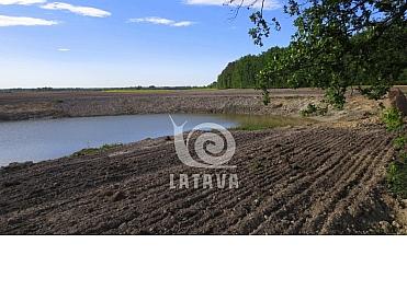 Sklypas ūkininko sodybai su vandens telkiniu